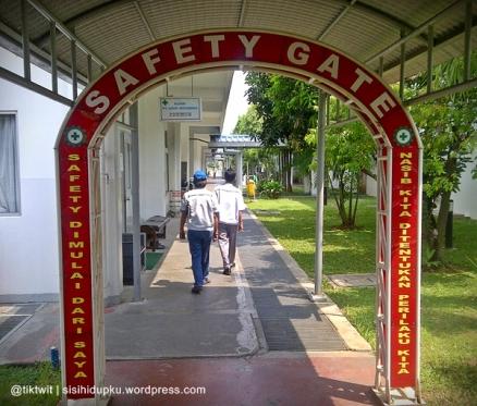 Safety Gate menyambut kunjungan ke pabrik ini.