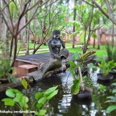 Putri duyung di salah satu kolam.