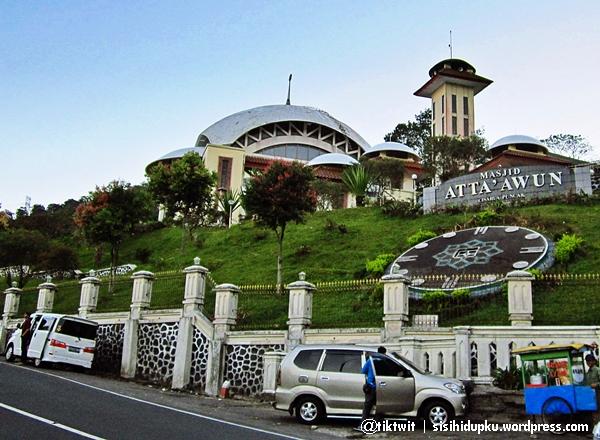 Masjid Atta'awun ditatap dari jalan raya Puncak.