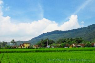 Antara bukit, persawahan dan perkampungan.